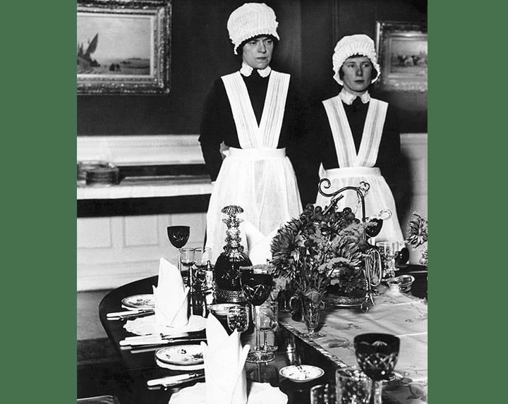 Bill Brandt Cambrera i ajudant de cambrera preparades per servir el sopar, 1936