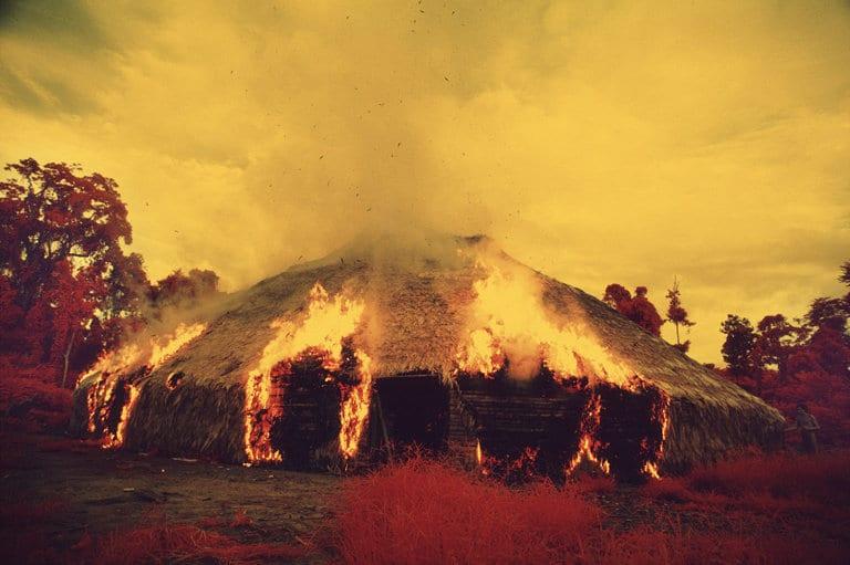 Claudia Andujar. Els ianomamis cremen la seva cabana comunitària quan emigren, quan volen desfer-se d'una plaga o quan mor un líder important. Pel·lícula infraroja. Catrimani, Roraima, Brasil, 1972-1976 © Claudia Andujar