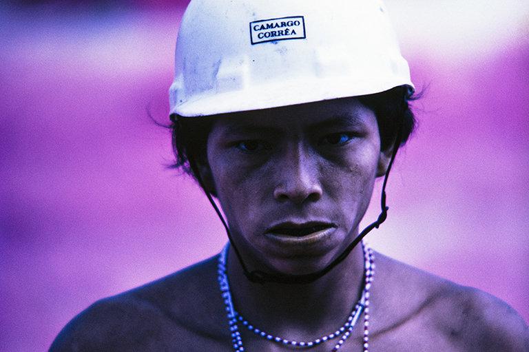 Claudia Andujar. Ianomami treballant a les obres de la carretera Perimetral Nord. Roraima, Brasil, 1975 © Claudia Andujar