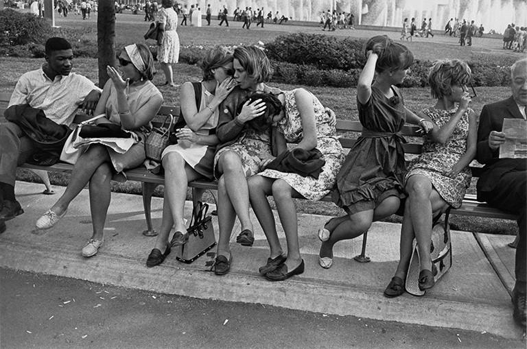 Garry Winogrand. New York City World's Fair, 1964. Collection of Fundación MAPFRE, Madrid. © The Estate of Garry Winogrand, courtesy Fraenkel Gallery San Francisco